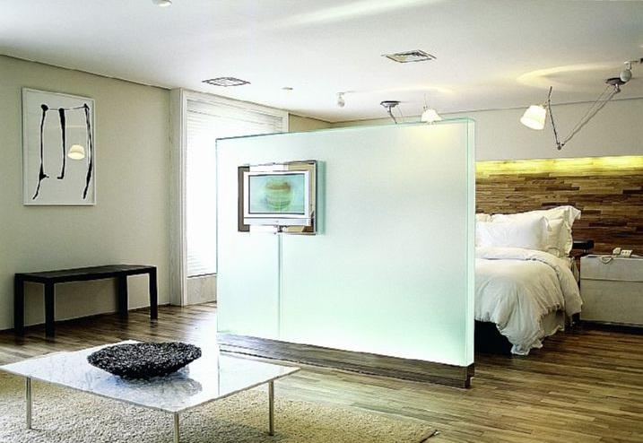 Отделение спальной зоны стеклянной перегородкой