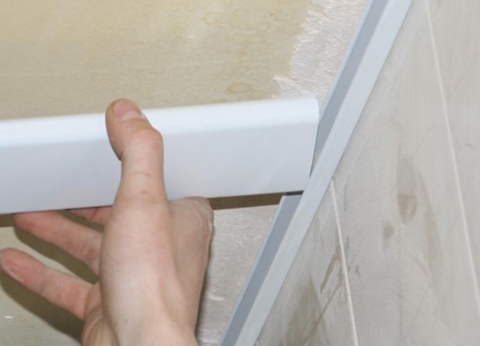 Установка панелей реечного потолка