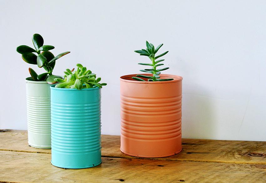 Горшки из жестяных банок окрашенные в разные цвета добавят интерьеру красок и настроения