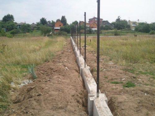 готовый фундамент под забор со столбами