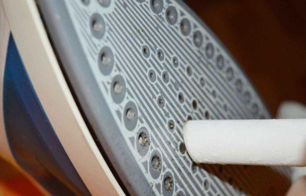 Карандашом почистить поверхность утюга просто. И займет всего несколько минут. Дольше длится подготовка.
