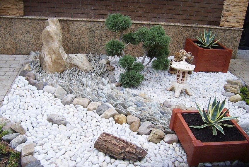 Японский сад выглядит строго и изящно благодаря преобладающему большинству камней