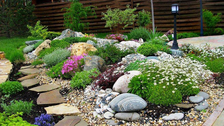Разнообразные камни и растения создадут ощущение неподдельной природной красоты во дворе