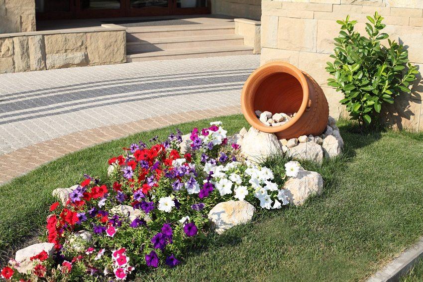 Необычная клумба с использованием вазона для цветов