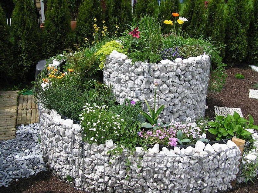 Габион конструируют из металлической сетки, заполняя ее галькой или бутовым камнем
