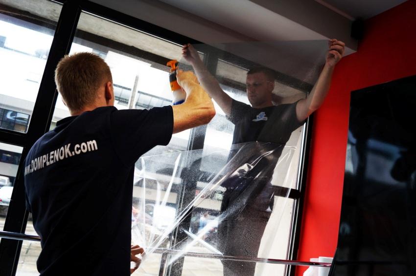 Тонирование окон, в том числе балконов и лоджий, может осуществляться с внутренней или наружной стороны стекла