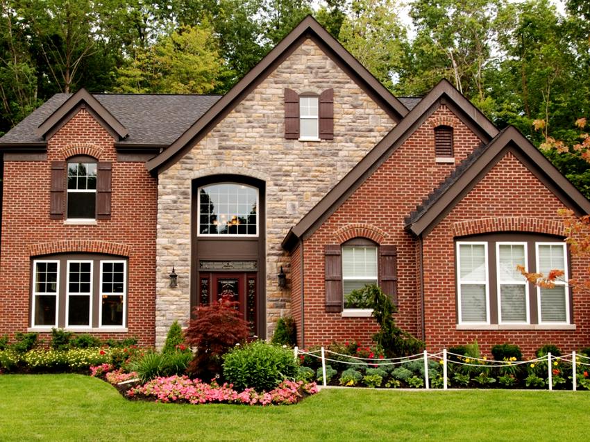 Красный сайдинг под кирпич для наружной облицовки фасадов имеет максимальное сходство с натуральным материалом