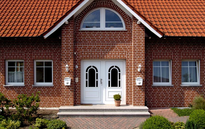 Даже ветхое старое строение можно превратить в современную архитектурную конструкцию с помощью сайдинга