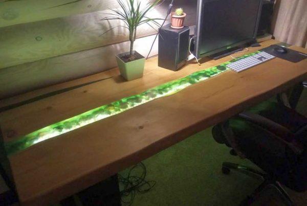 Для этого стола из древесины и эпоксидной смолы была использована Crystal 76. Ушло 10 литров (на речку и залитую щель у стены)