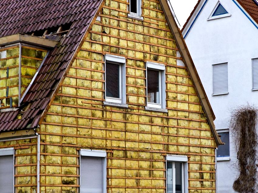 Утепление фасада дома снаружи минеральной ватой обеспечивает отличную звукоизоляцию