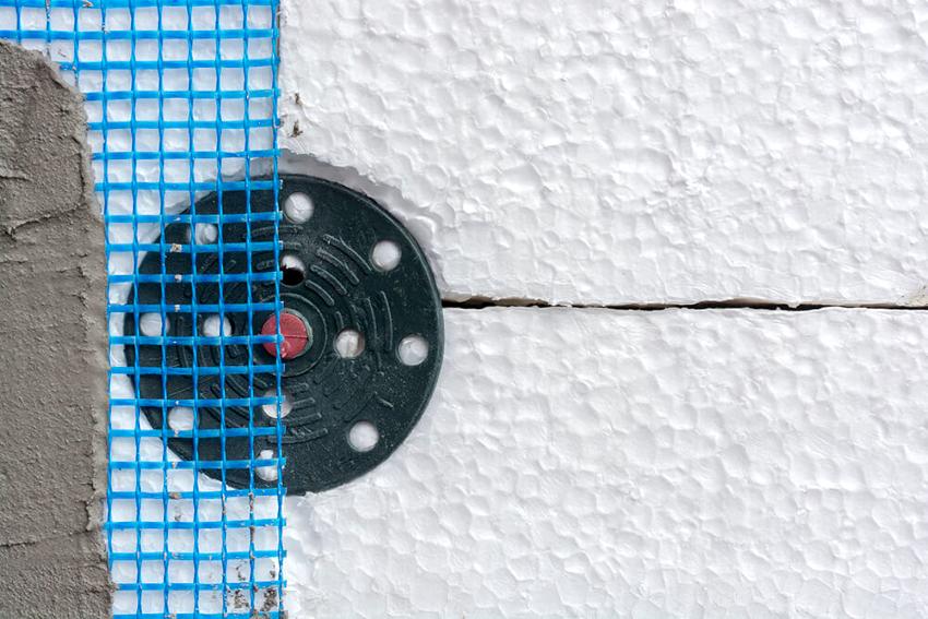 При утеплении фасада дома снаружи пенопластом нужно соблюдать непрерывность контура, не должно быть щелей, пропусков или разрывов